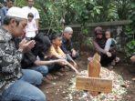 pemakaman-korban-tragedi-susur-sungai-smpn-1-turi_.jpg