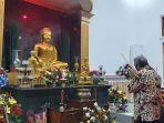 pemuka-buddha-kota-tegal-suriyadhammo-berdoa-di-metta-vihara-kota-tegal-senin-2452021.jpg
