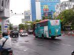 pengendara-melintas-di-persimpangan-di-jalan-pandanaran-kota-semarang-rabu-322021.jpg