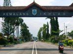 pengendara-motor-melintas-di-gapura-kabupaten-pemalang-selasa-1212021.jpg