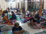 pengungsi-memenuhi-serambi-masjid-al-karomah-tirto-senin-822021-malam.jpg