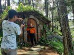 pengunjung-berfoto-di-rumah-hobbit-di-objek-wisata-clirit-view-di-desa-kalibakung-tegal.jpg