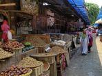 pengunjung-pasar-segamas-purbalingga-memakai-masker-saat-berbelanja-senin-28122020.jpg