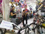 pengunjung-saat-sedang-memilih-sepeda-di-toko-sepeda-semarang.jpg