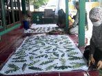perajin-batik-asal-desa-purworejo-kendal-mencap-daun-di-kain-minggu-2832021.jpg