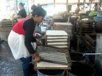 perajin-tahu-di-desa-blorok-kendal-memproduksi-tahu-jumat-3072021.jpg