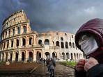 perempuan-bermasker-melintasi-di-sekitar-coliseum-roma-italia-karantina-italia-karantina-lockdown.jpg