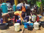 petugas-bpbd-kabupaten-pekalongan-salurkan-air-bersih-ke-warga-kecamatan-wonopringgo.jpg