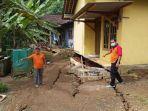 petugas-bpbd-kabupaten-purworejo-menunjukkan-kerusakan-akibat-tanah-bergerak-di-desa-tegalsari.jpg