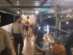 petugas-gabungan-membubarkan-pengunjung-kafe-di-kabupaten-pekalongan-sabtu-372021.jpg