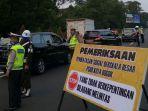 petugas-gabungan-sedang-melakukan-pemeriksaan-kendaraan-yang-melintas-di-pintu-tol-jagorawi.jpg