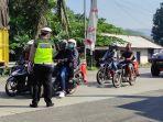 petugas-kepolisian-mengatur-arus-lalu-lintas-di-pos-perbatasan-ajibarang-banyumas-senin.jpg