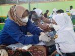 petugas-kesehatan-memvaksin-covid-siswa-sman-1-purwareja-klampok-banjarnegara-rabu-692021.jpg