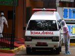 petugas-memindahkan-mobil-ambulans-di-samping-ruang-isolasi-rspi-prof-dr-sulianti-saroso.jpg