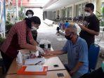 petugas-mengecek-gula-darah-lansia-peserta-vaksinasi-di-rs-mardi-rahayu-kudus.jpg