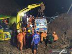 petugas-menggunakan-ekskavator-mencari-korban-longsor-di-cimanggung-sumedang.jpg