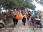 petugas-polsek-pakuhaji-tangerang-mengevakuasi-potongan-tubuh-diduga-penumpang-sriwijaya-air.jpg