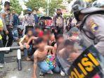 polisi-amankan-siswa-yang-mengikuti-unjuk-rasa-di-kantor-gubernuran-jawa-tengah-rabu-7102020.jpg