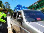 polisi-memeriksa-kendaraan-yang-melintas-di-sekitar-pos-cemoro-kandang-tawangmangu-karanganyar.jpg