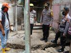 polisi-mengecek-retakan-di-rumah-warga-desa-glempang-banjarnegara-rabu-2012021.jpg