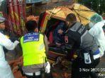 polisi-mengevakuasi-sopir-truk-dalam-kecelakaan-tunggal-di-jalan-raya-ungaran-bawen.jpg