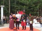 presiden-jokowi-menunjukkan-sk-perhutanan-sosial-kepada-seorang-ibu.jpg