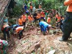 relawan-dan-warga-membersihkan-material-longsor-yang-menerjang-rumah-di-sigaluh-banjarnegara.jpg