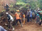 relawan-dari-berbagai-unsur-membersihkan-longsor-yang-menutup-jalan-di-kabupaten-banjarnegara.jpg