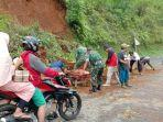 relawan-membersihkan-material-longsor-di-ruas-jalan-provinsi.jpg