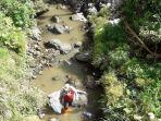 relawan-mengangkut-sampah-dari-sungai-dalam-peringatan-wcd-2021.jpg