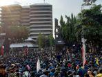 ribuan-massa-dari-buruh-dan-mahasiswa-menggelar-aksi-menolak-uu-cipta-kerja-di-gedung-dprd-jateng.jpg