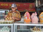 sarwid-pedagang-oleh-oleh-telur-asin-di-jalan-pantura-kota-tegal-selasa-3032021.jpg