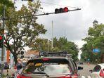 sejumlah-kendaraan-berhenti-mengikuti-traffic-light-yang-dilengkapi-cctv-di-simpang-sriwedari-solo.jpg