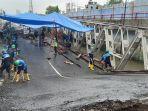 sejumlah-pekerja-membongkar-jembatan-rembun-di-jalur-pantura-kabupaten-pekalongan-yang-ambles.jpg