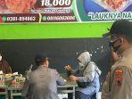 sejumlah-pembeli-kedapatan-makan-di-tempat-di-sebuah-tempat-makan-di-purbalingga-rabu-772021.jpg