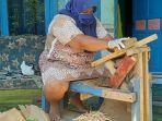 seorang-pekerja-mengolah-limbah-pabrik-pengolahan-kayu-lapis-di-purbalingga-jadi-tusuk-es-krim.jpg