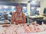 seorang-penjual-daging-ayam-ras-di-pasar-pagi-kota-tegal-menunggu-pembeli-rabu-742021.jpg