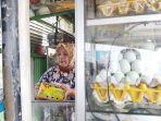 seorang-penjual-telur-asin-di-jalur-pantura-kota-tegal-sedang-mewadahi-telur-asin.jpg