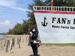 seorang-wisatawan-berswafoto-di-ikon-kapal-pesiar-pantai-sicepi-batang-minggu-2982021.jpg