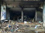 sisa-sisa-barang-berserakan-di-kios-pasar-induk-banjarnegara-setelah-kebakaran-jumat-1232021.jpg