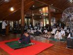 suasana-ibadah-idulfitri-1442-h-di-pendopo-wijayakusuma-cakti-cilacap-kamis-1352021.jpg