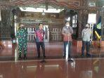 tenaga-ahli-utama-ksp-abraham-wirotomo-dua-dari-kanan-di-pendopo-kabupaten-kudus-rabu-2872021.jpg