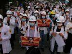 tenaga-medis-dan-pelajar-ikut-berdemo-menentang-kudeta-myanmar-di-mandalay-minggu-2132021.jpg