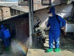 tim-bpbd-kota-semarang-menyemprotkan-disinfektan-di-permukiman-senin-572021.jpg