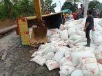 truk-bermuatan-sekam-padi-terguling-di-jalur-clirit-view-kalibakung-kabupaten-tegal.jpg