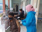 vaksinasi-pedagang-pasar-sumurpanggang-tegal.jpg