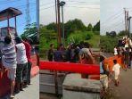 warga-angkat-gerobak-dan-motor-lewati-beton-pembatas-penutup-jalan-kota-kabupaten-tegal.jpg