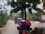 warga-melihat-banjir-yang-melanda-di-wilayah-jeruklegi-cilacap-rabu-2172021.jpg