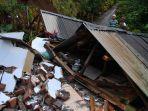 warga-melihat-rumah-di-desa-kali-uling-lumajang-roboh-setelah-diguncang-gempa-minggu-1142021.jpg