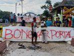 warga-memprotes-perlintasan-kereta-api-di-dukuh-siboto-kecamatan-kalijambe-sragen.jpg